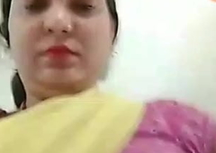 Mature desi aunty flashing boobs