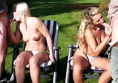 Deutsche Tante und Nichte von 2 fremden Typen am Strand gefickt